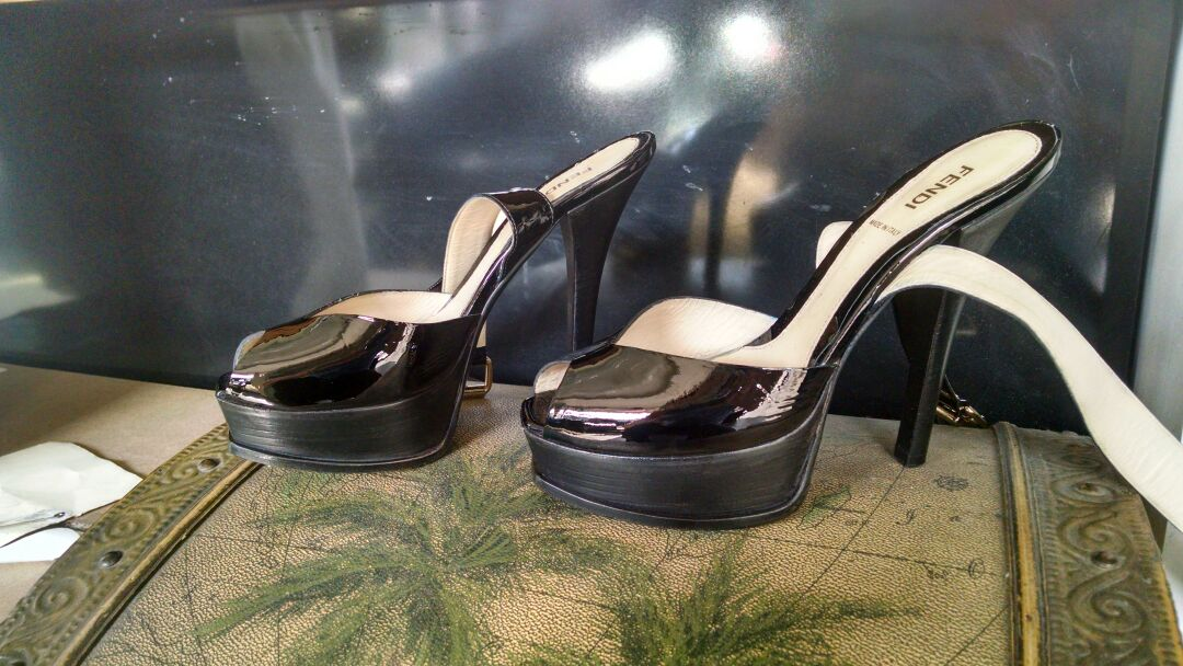 Dying a pair of women's patent leather pumps from light green to black - After